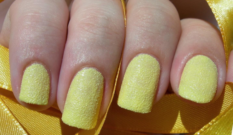Желтый сахарный маникюр