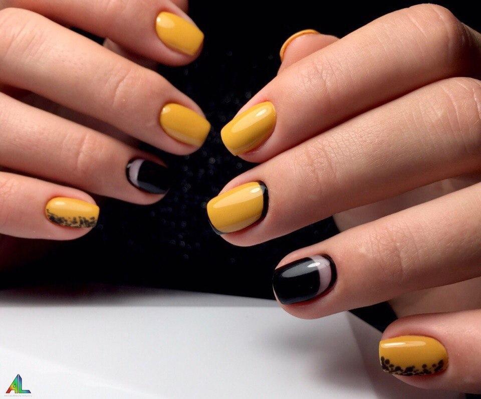 Модные жёлтые ногти с чёрным ободком