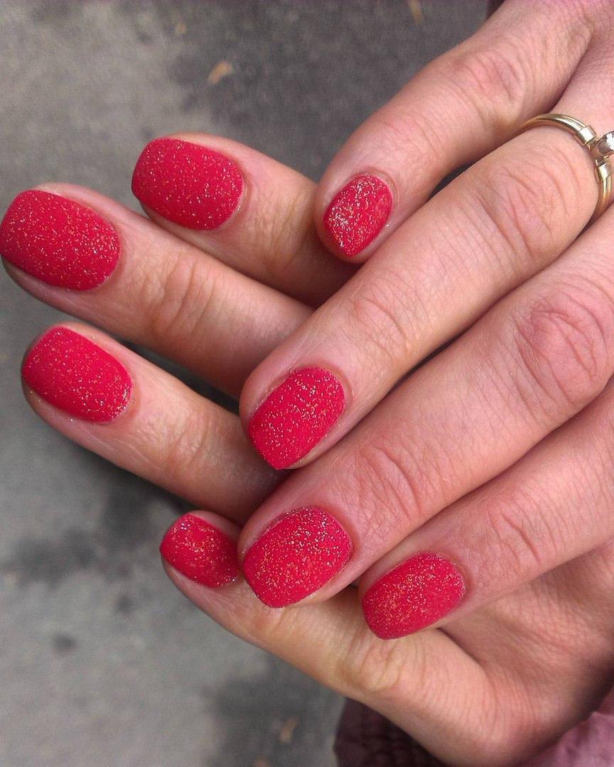 Яркие сахарные ногти красного цвета