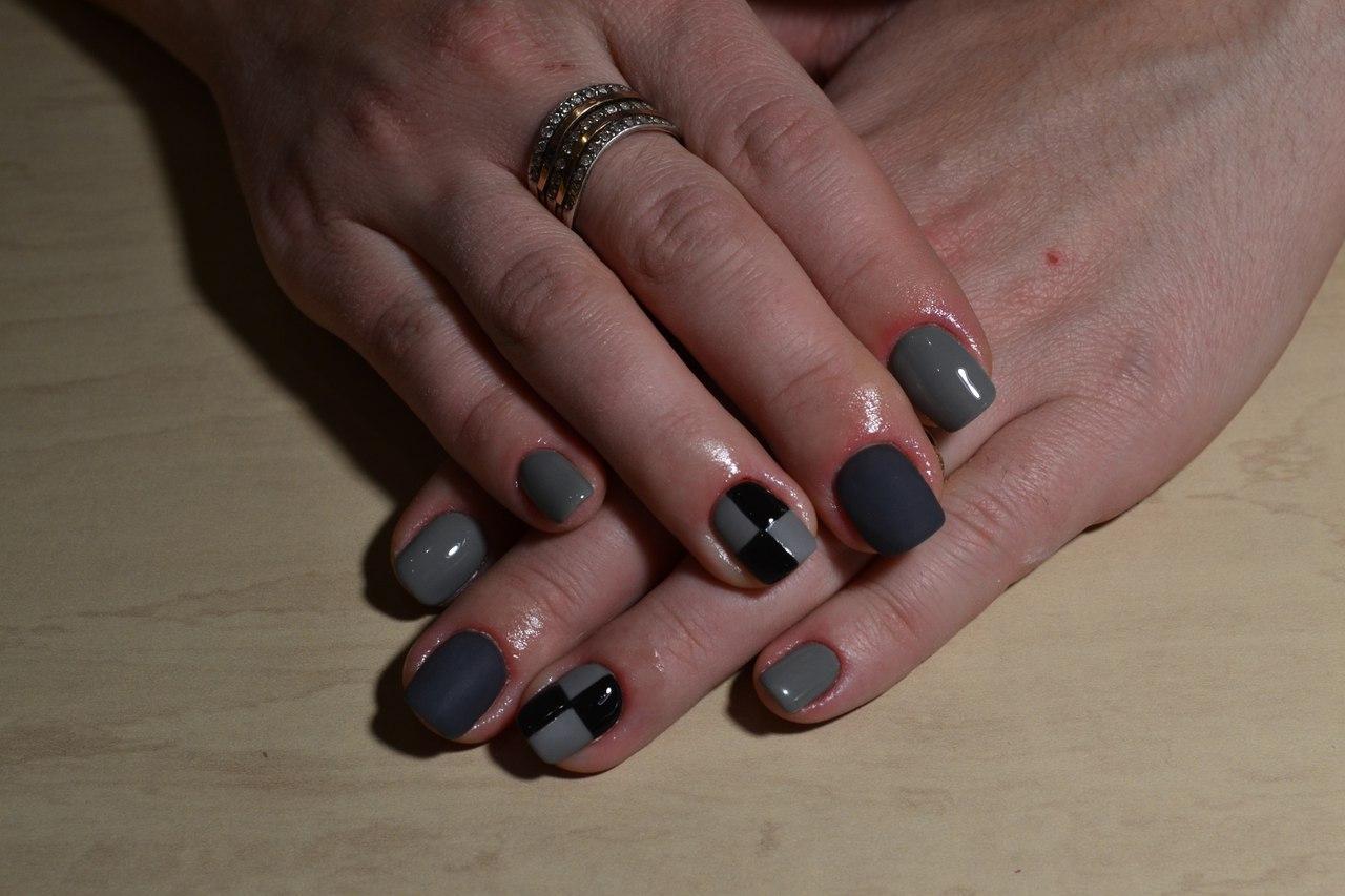 Шахматные ногти серого цвета