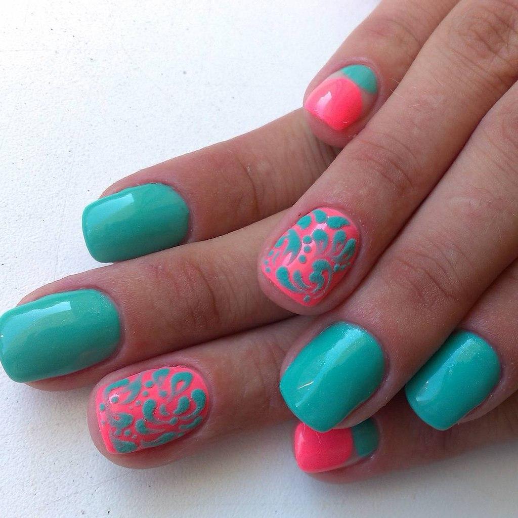 Яркие ментоловые ногти с рисунком