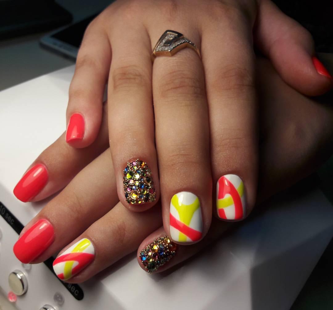 Разноцветные стразы на ярких ногтях