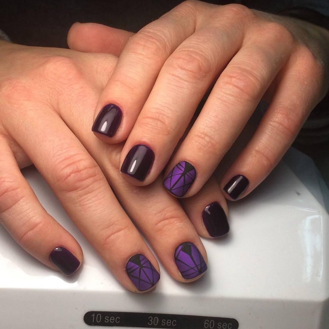 Матовый фиолетовый рисунок на темных ногтях