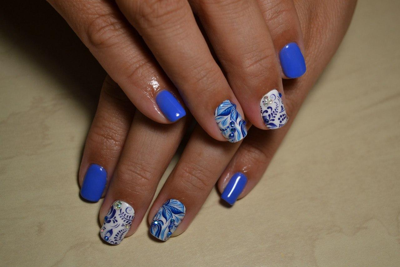 Дивные листья и цветы на нежных ногтях