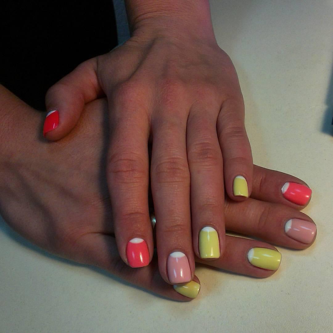 Разноцветный шеллак с лунным френчем