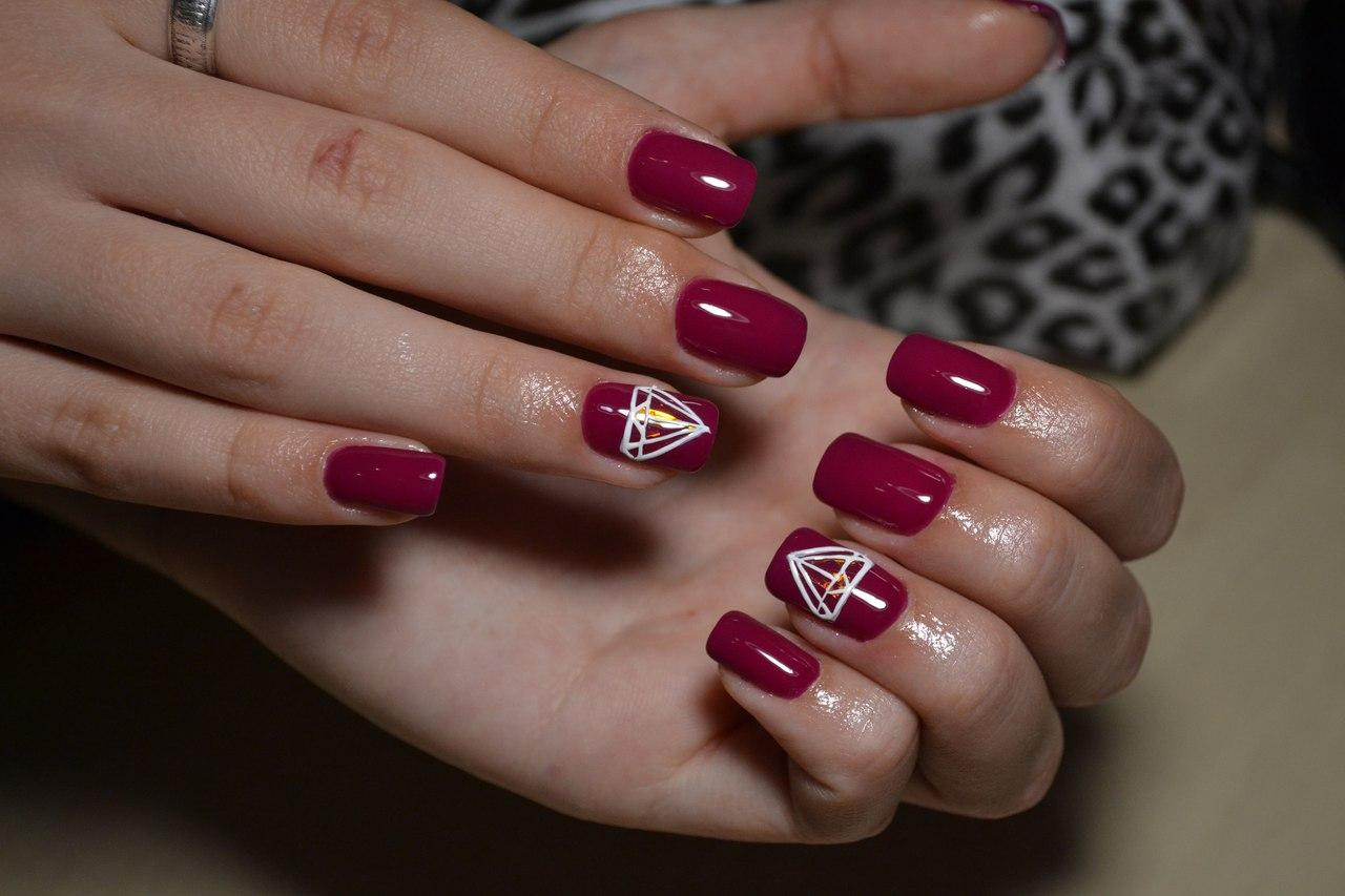 Диамант на бордовых ногтях