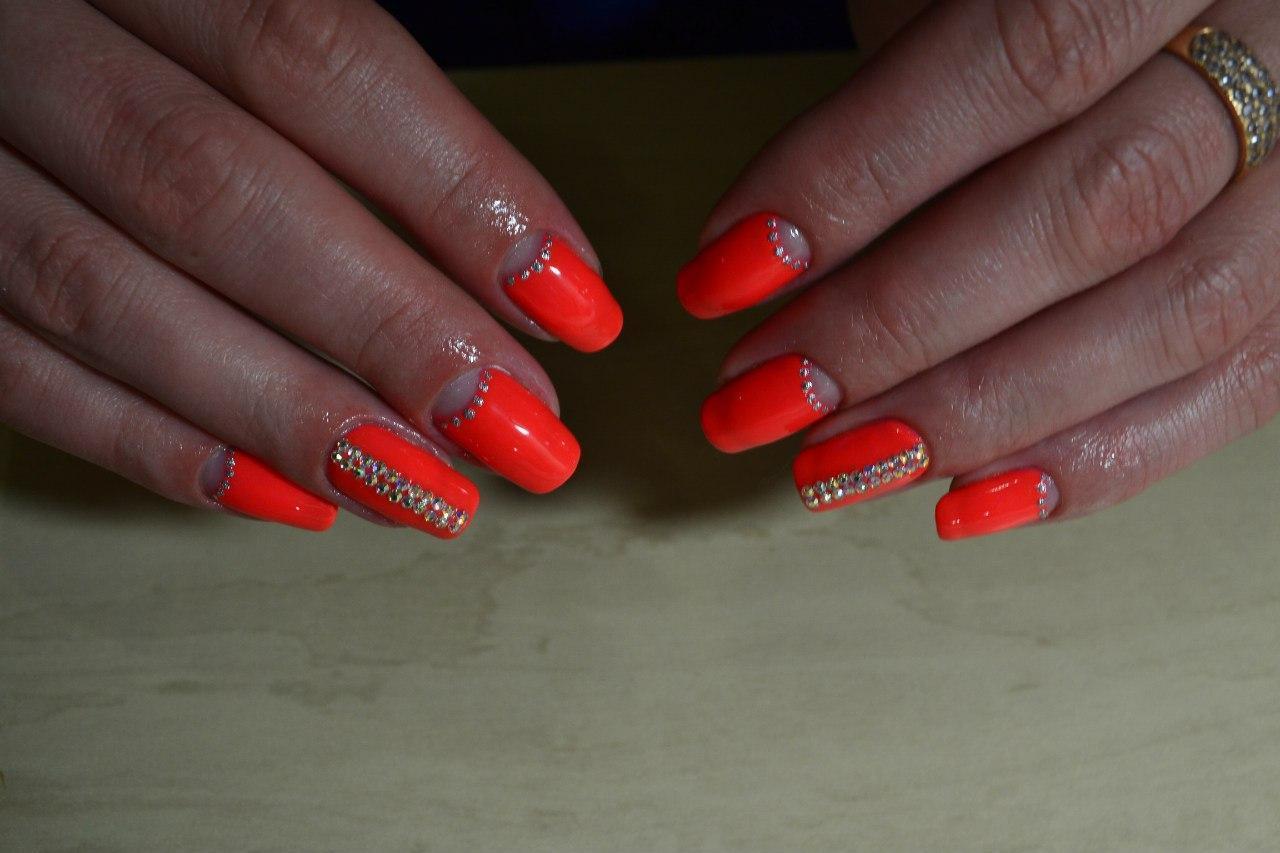 Длинные яркие ногти с лунным френчем