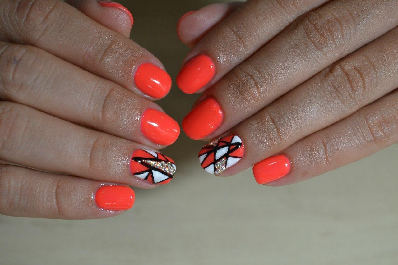 Яркий летний маникюр оранжевого цвета