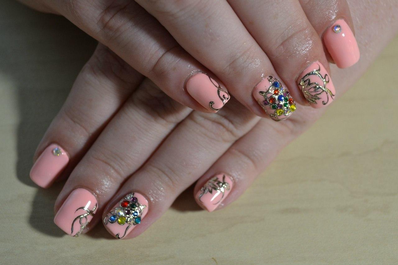 Литье на ногтях с разноцветными стразами