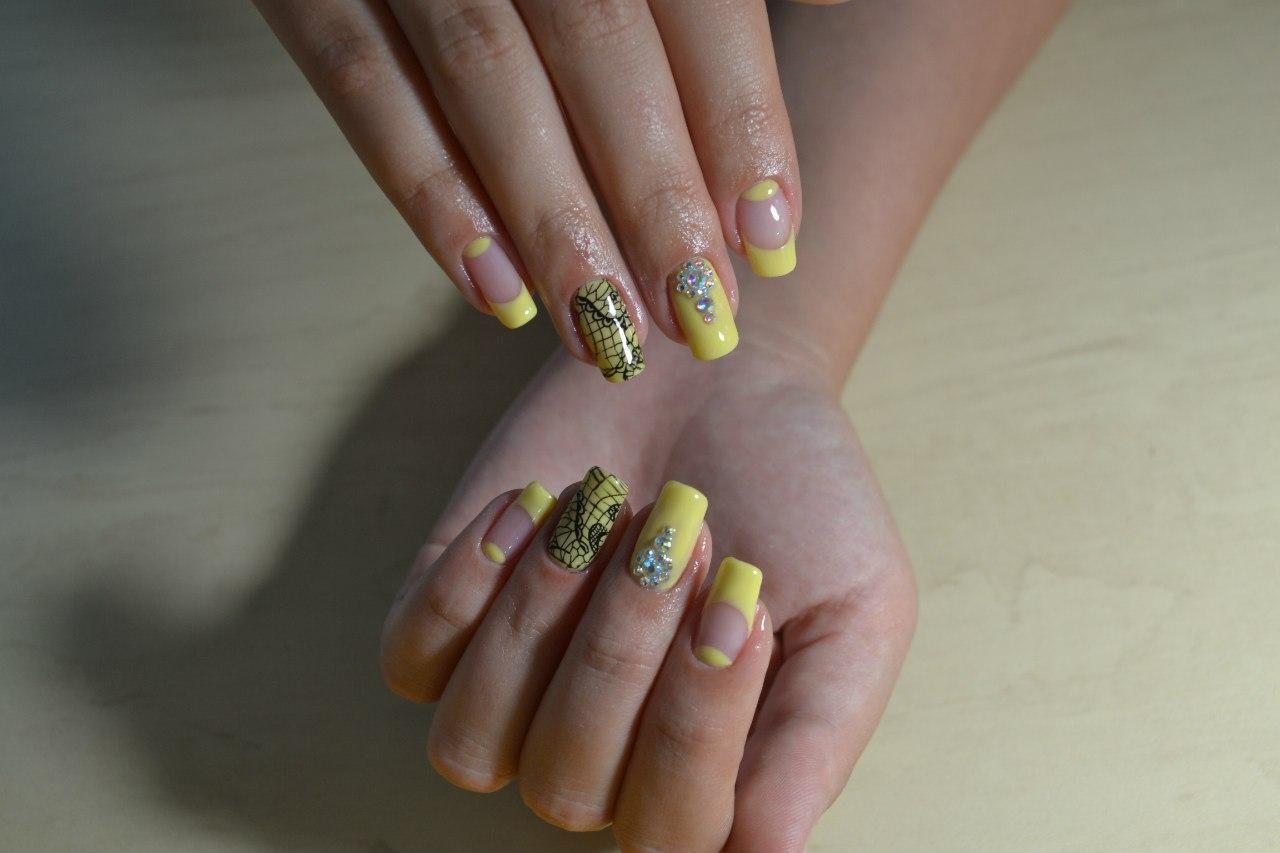 Длинные жёлтые ногти со стразами