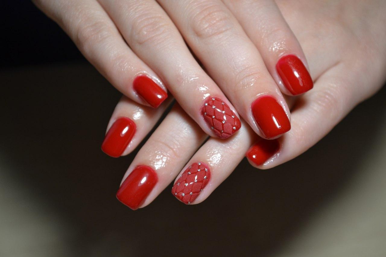 Ромбовидные узоры на красных ногтях