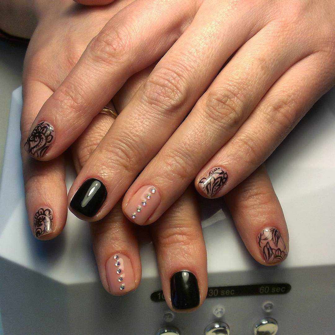 Пестрые цветочные ногтики