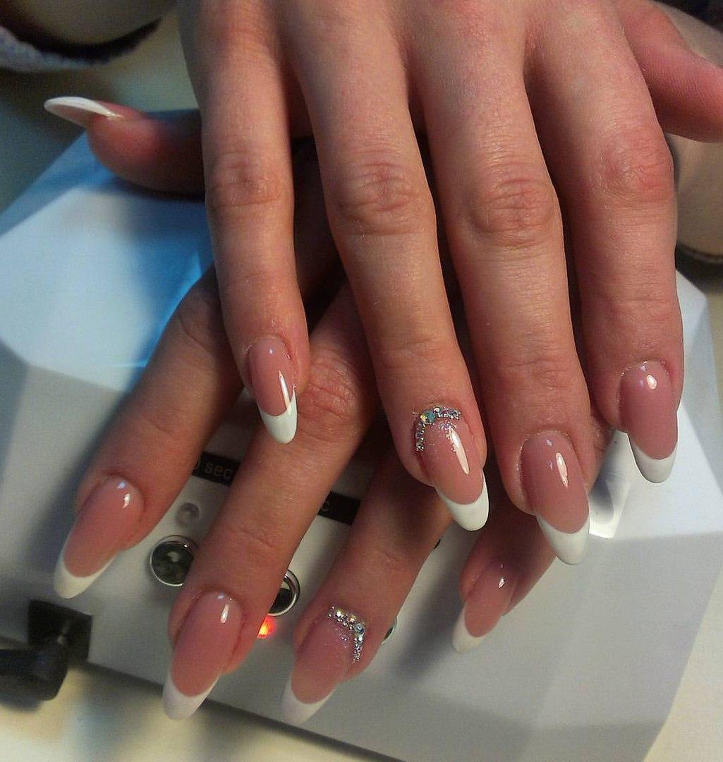 Длинные наращенные ногти с белым френчем