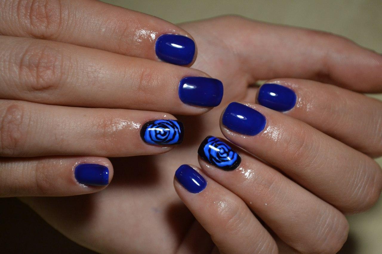 Очаровательная синяя роза на пальчиках