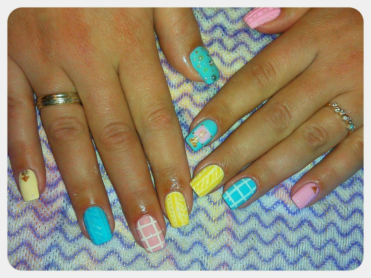 Стильные разноцветные ногти с рисунками