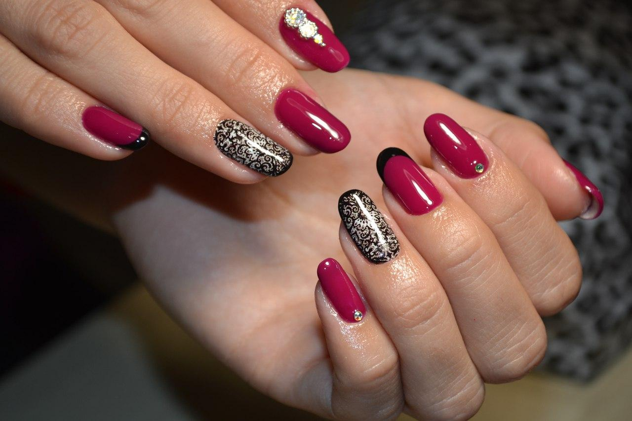 Длинные вишневые ногти с камнями