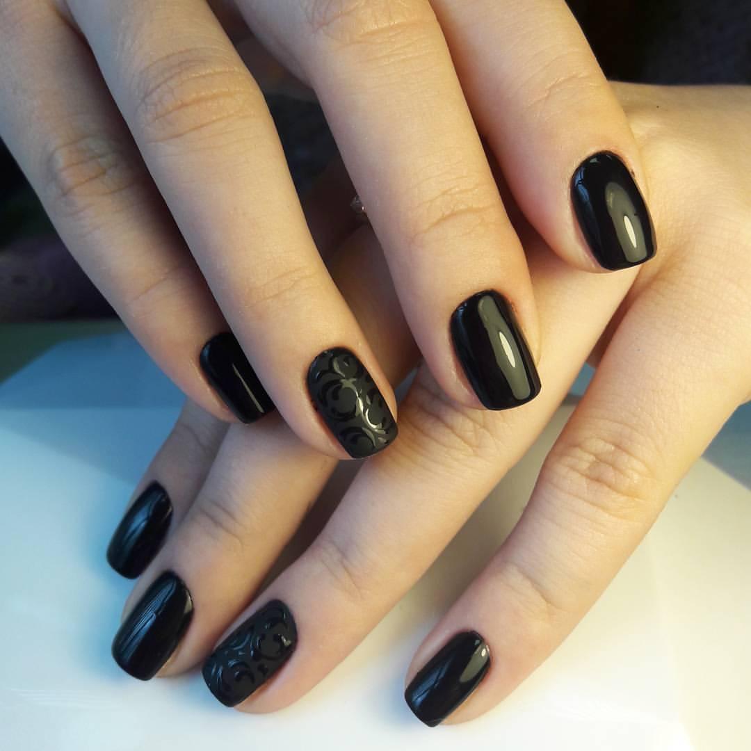 Чёрные матовые ногти с узором