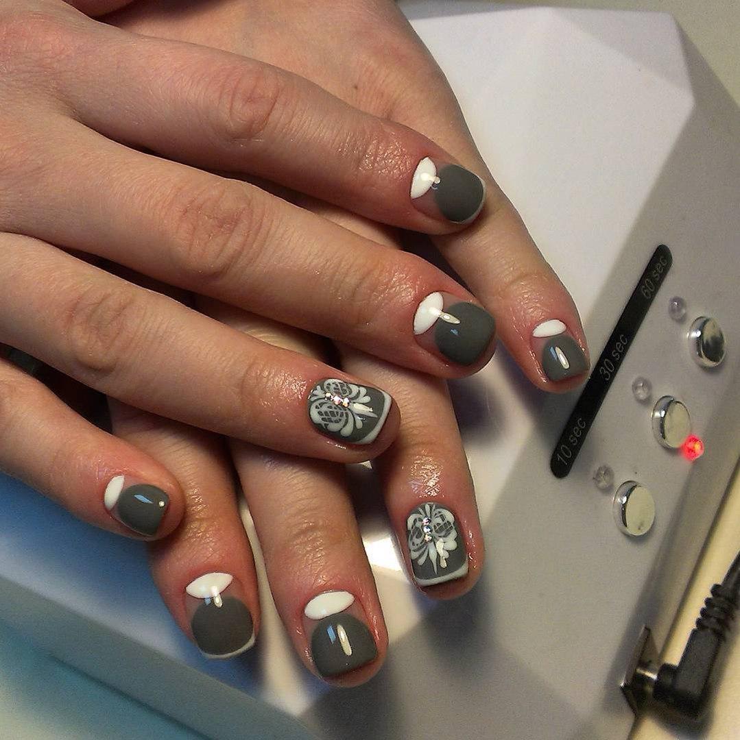 Серо-белые ногти с лунным френчем