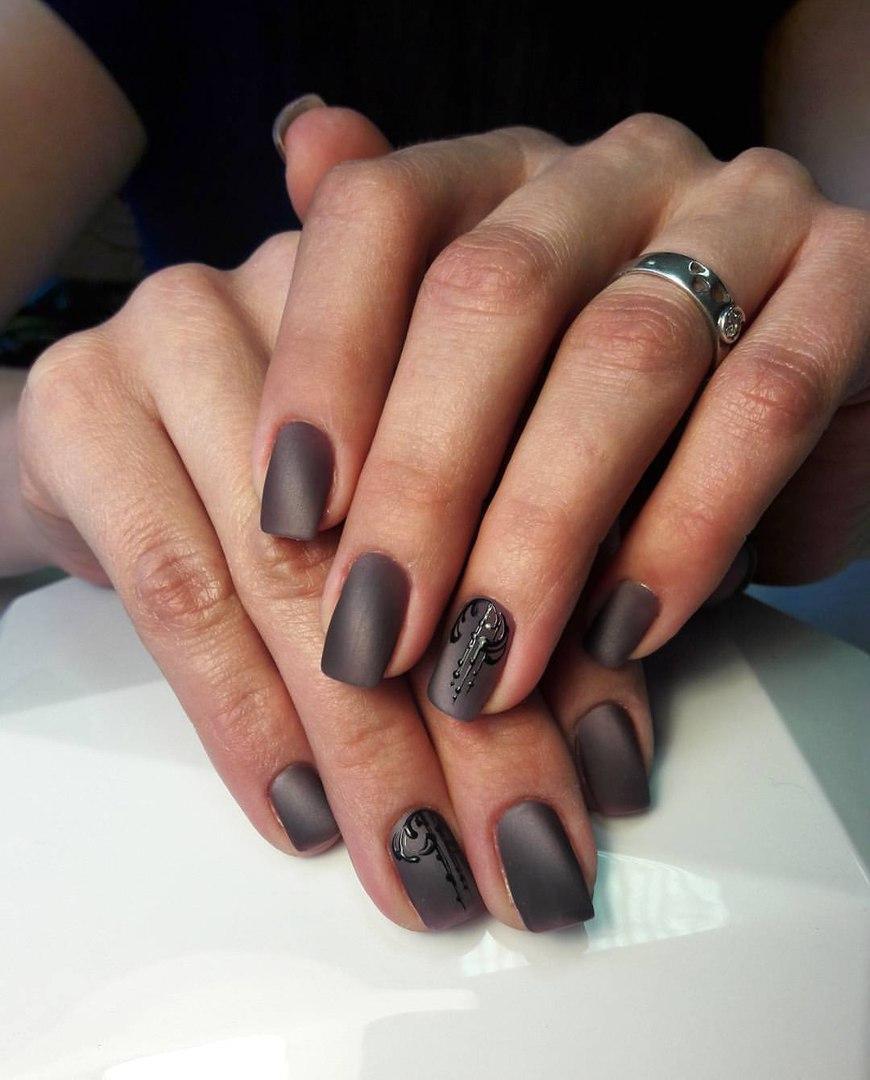 Матовые серые ногти с рисунком