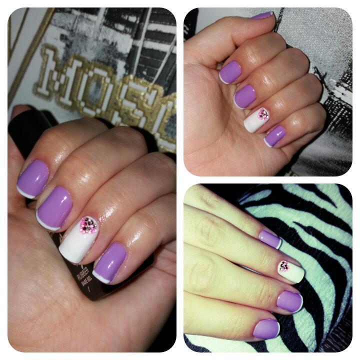 Белый френч на нежном фиолетовом маникюре