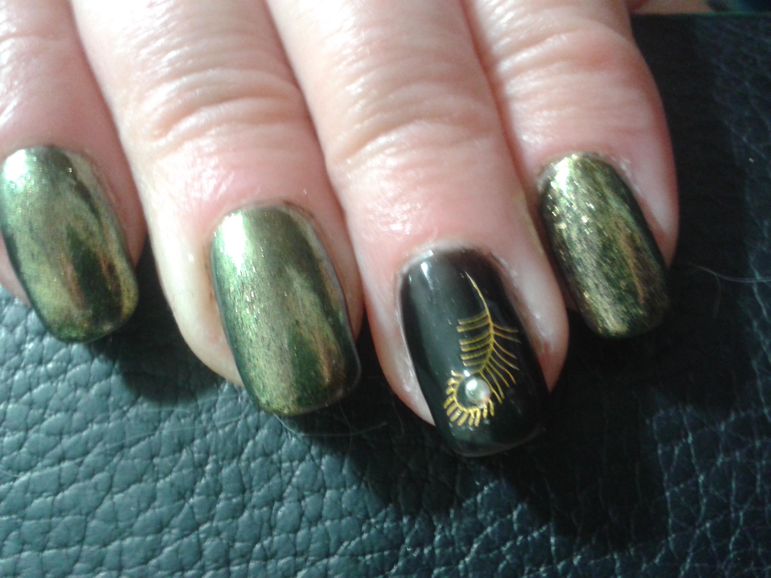 Зеленые ногти с втиркой Mirror Gold