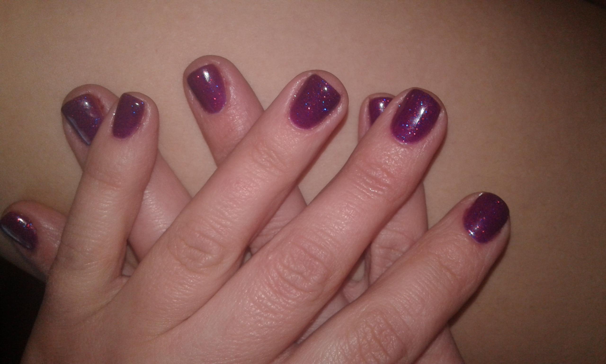 Красивый фиолетовый маникюр с блестками