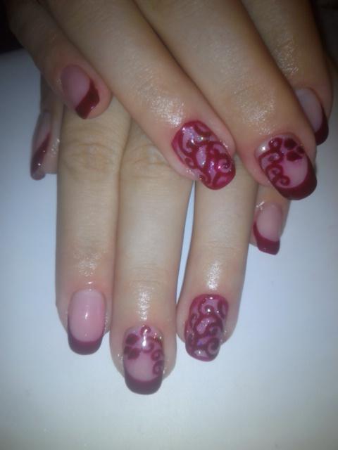 Бордовая роспись на ногтях с френчем