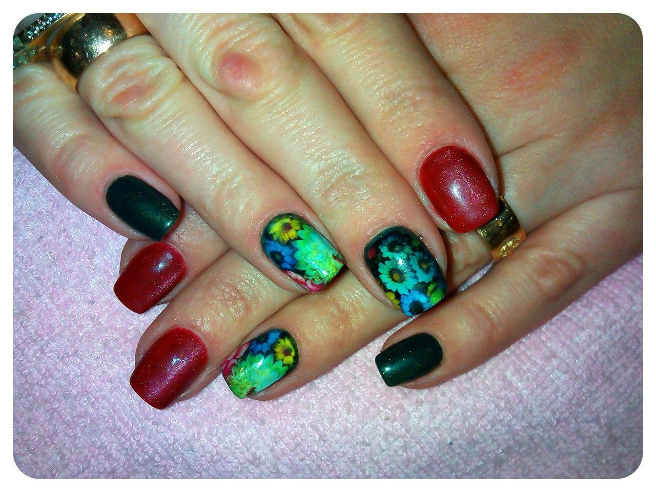 Слайдер с ромашками на ногтях