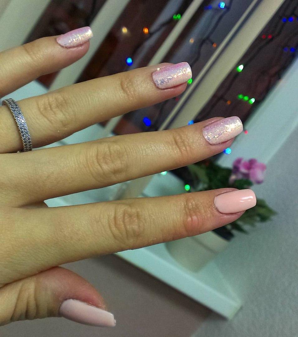 Блестящие бежевые ногти