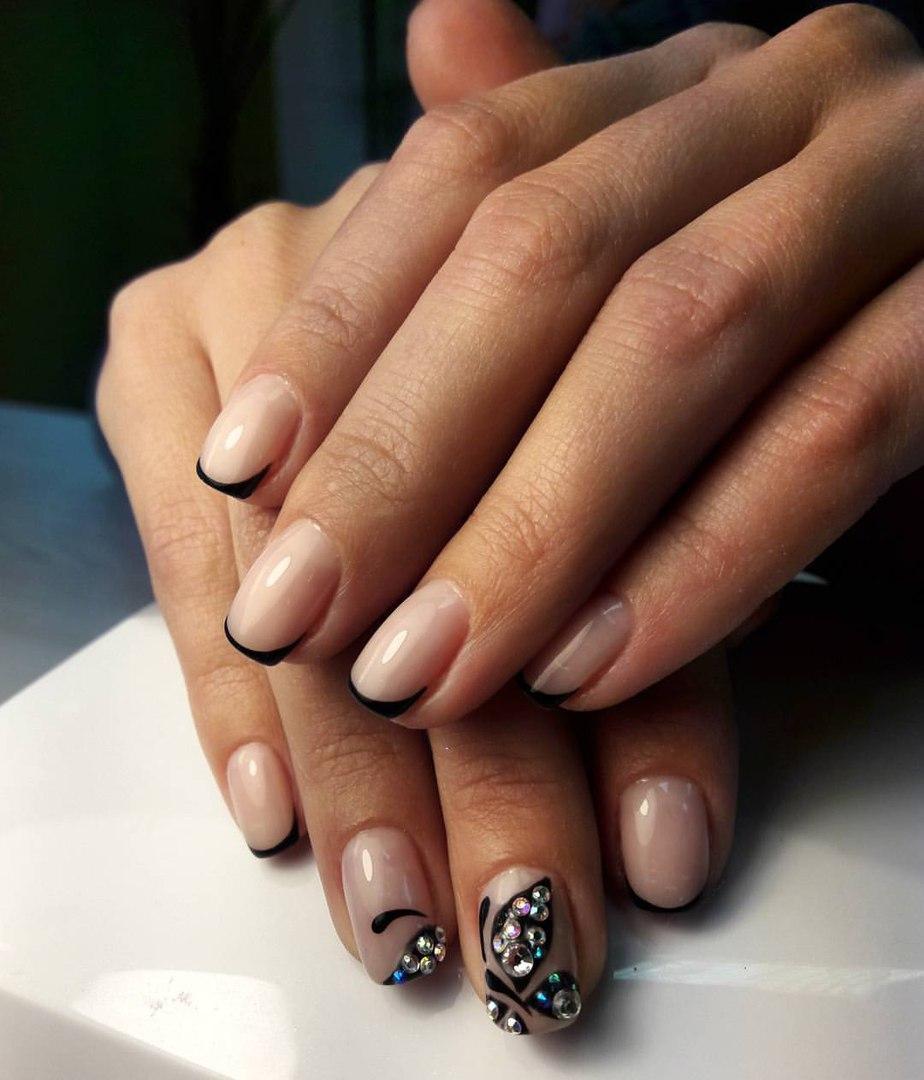 Телесные ногти с чёрным френчем