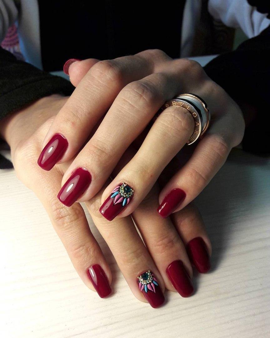 Длинные вишневые ногти с индианским принтом