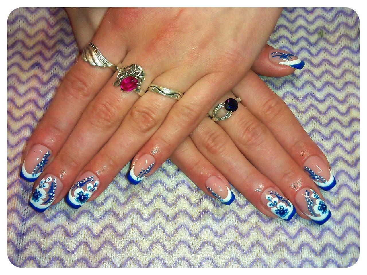 Синий с белым френч на ногтях фото
