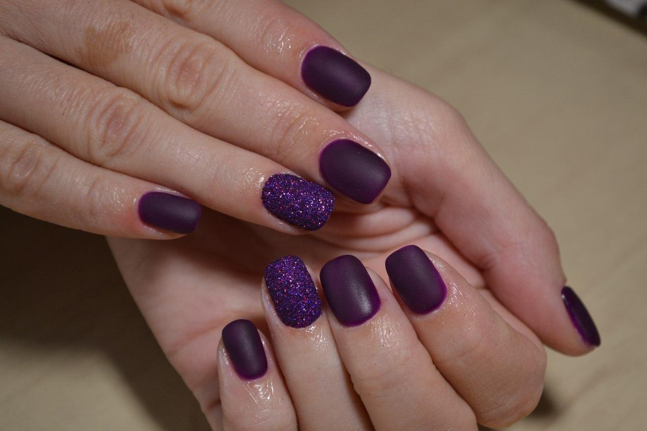 Матовые фиолетовые ногти с блестками
