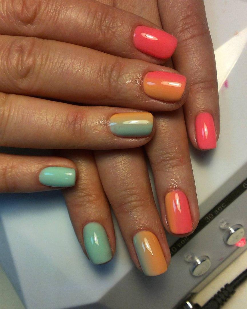 Летный разноцветный маникюр с омбре