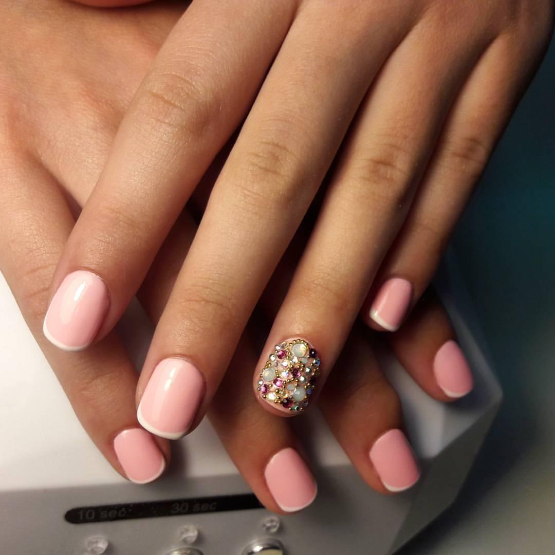 Нежные розовые ногти с камнями