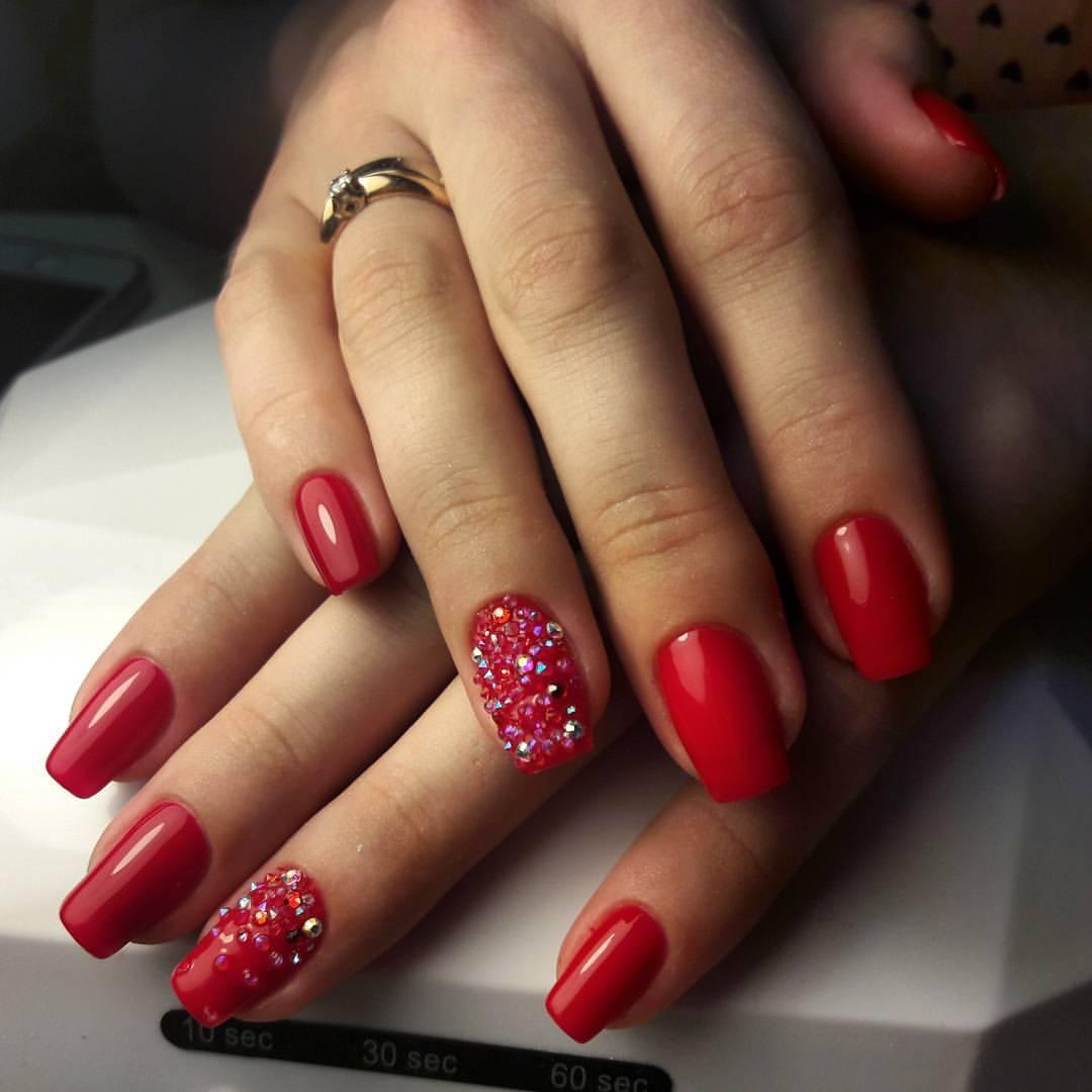 472Фото ногти красные с камушками