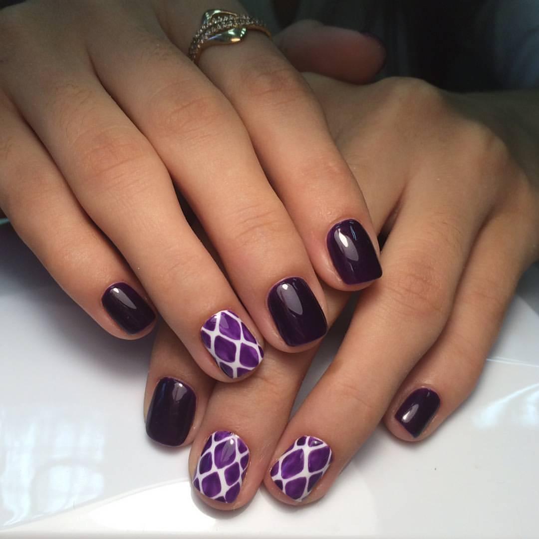 Красивый ромбовый рисунок фиолетового цвета