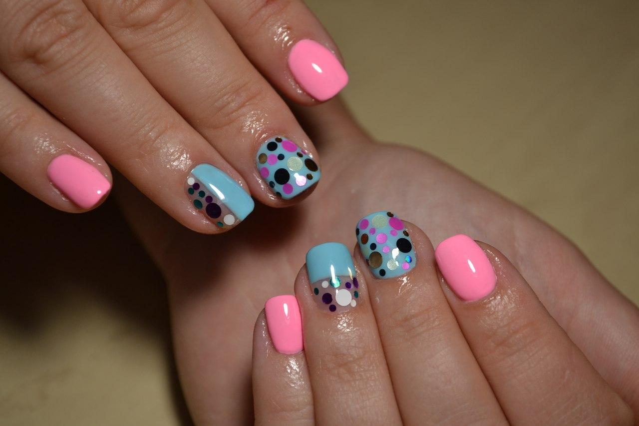 Веселые ногти голубого цвета