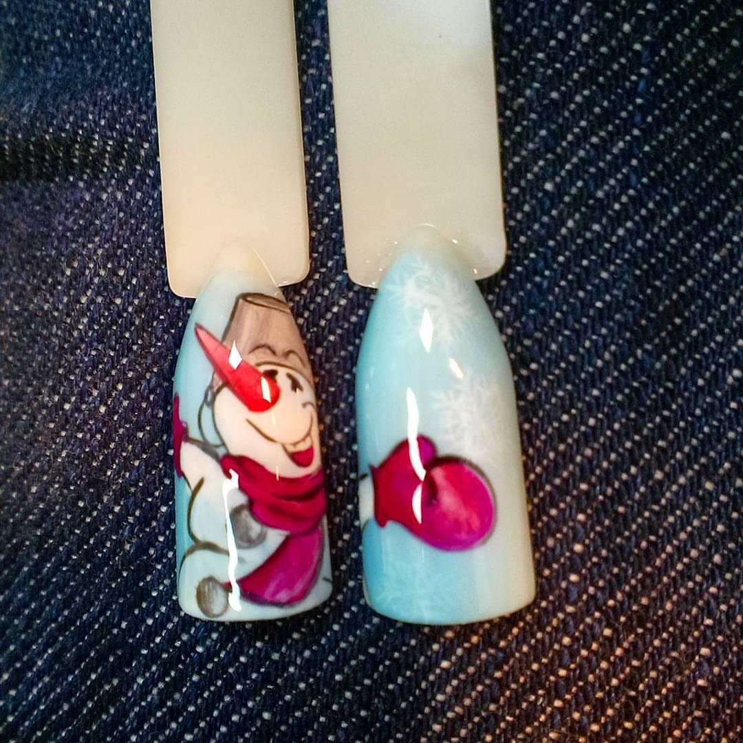 Веселый снеговик на ногтиках