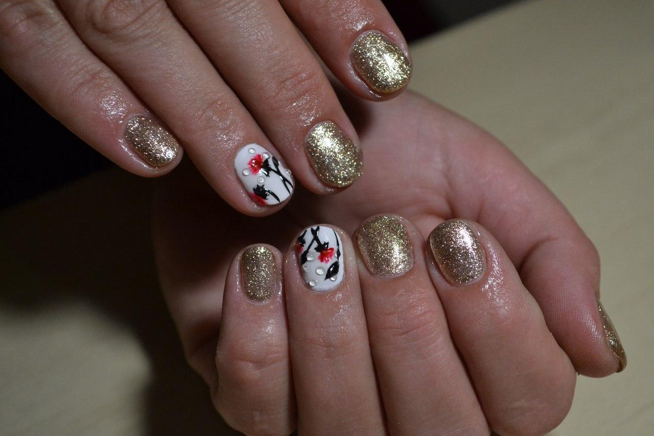 Хризантемы на блестящих ногтях