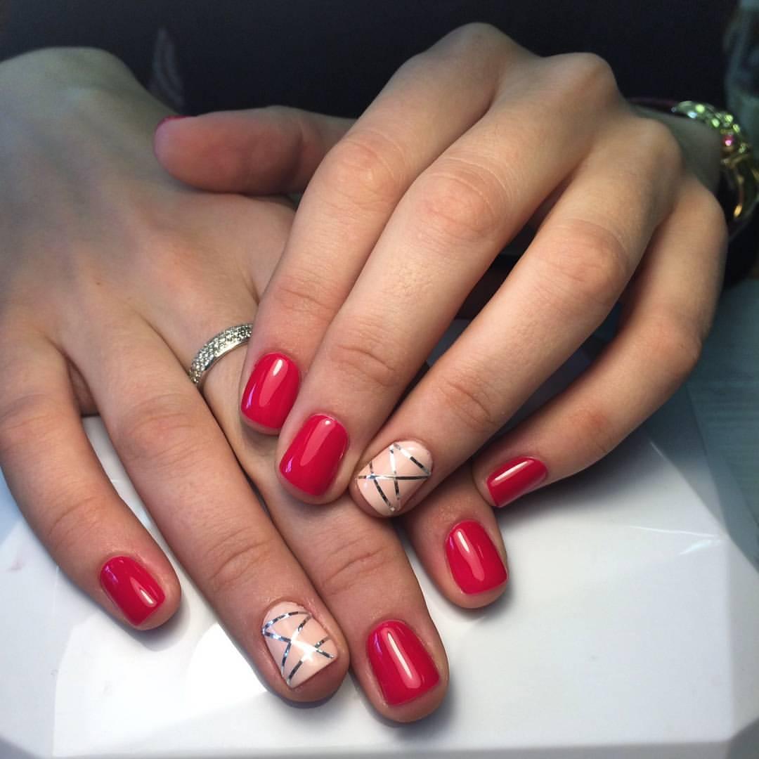 Стильный красный маникюр с серебряными полосками