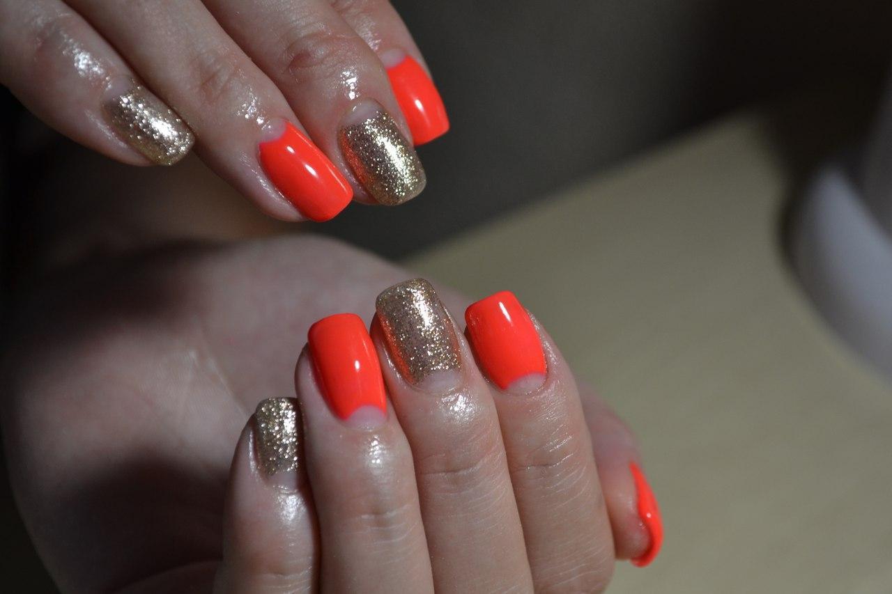 Золотые ногти с лунным френчем