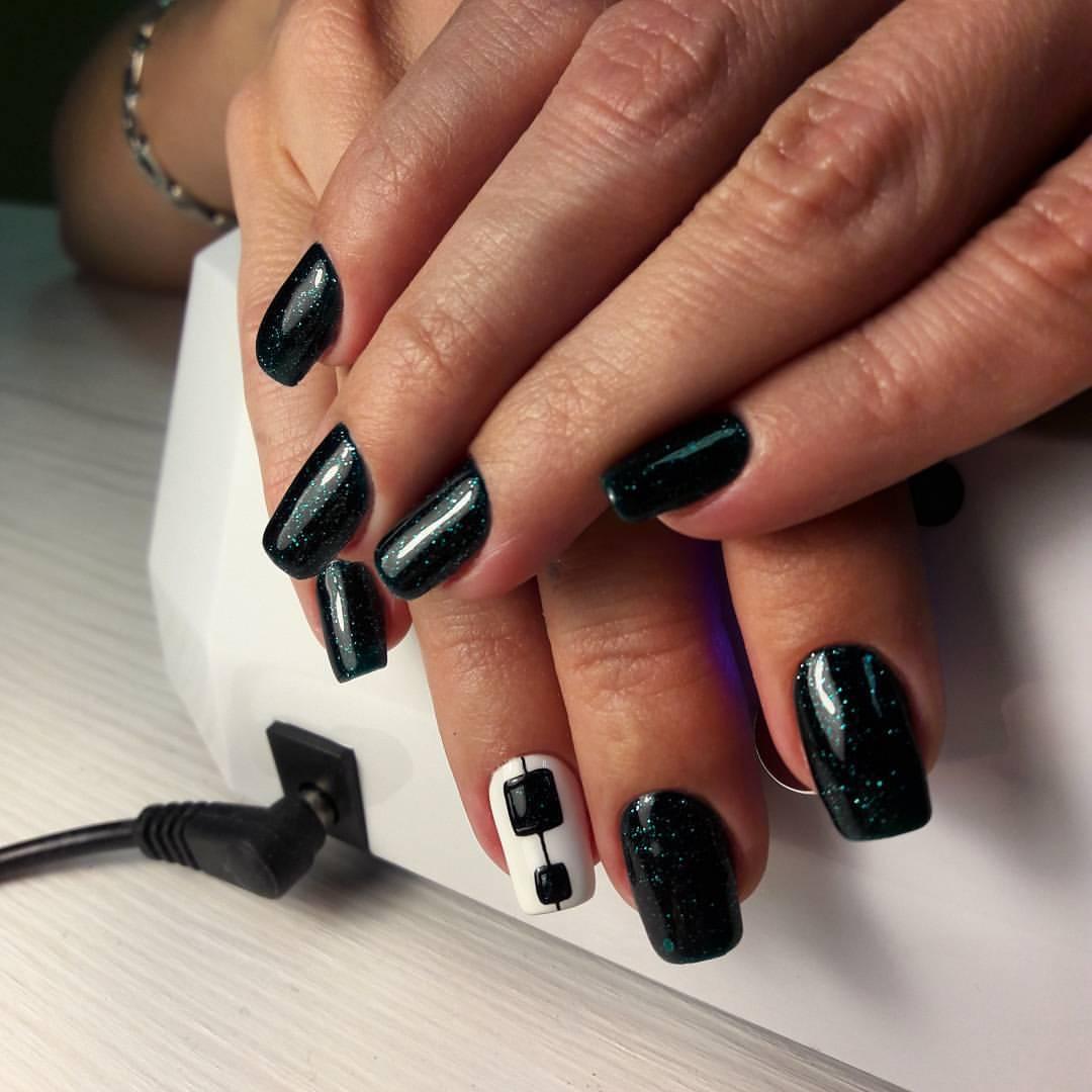 Чёрные ногти с блестками