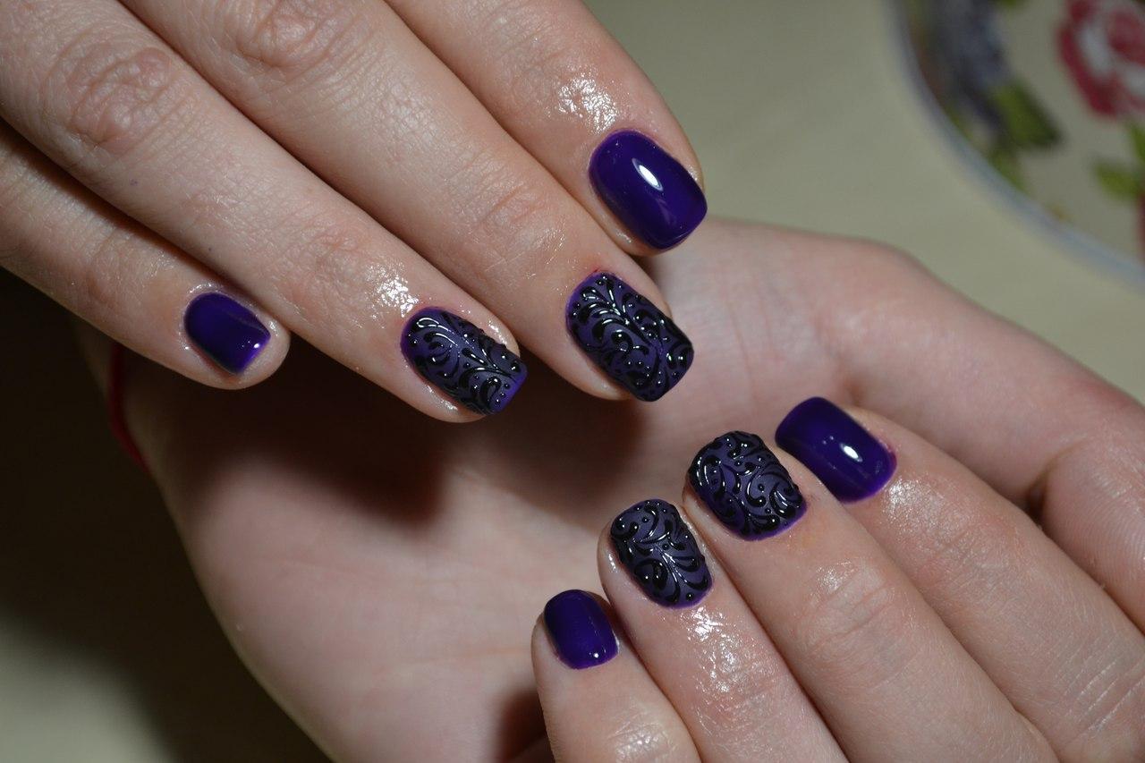 Темные синие ногти с прекрасным узором