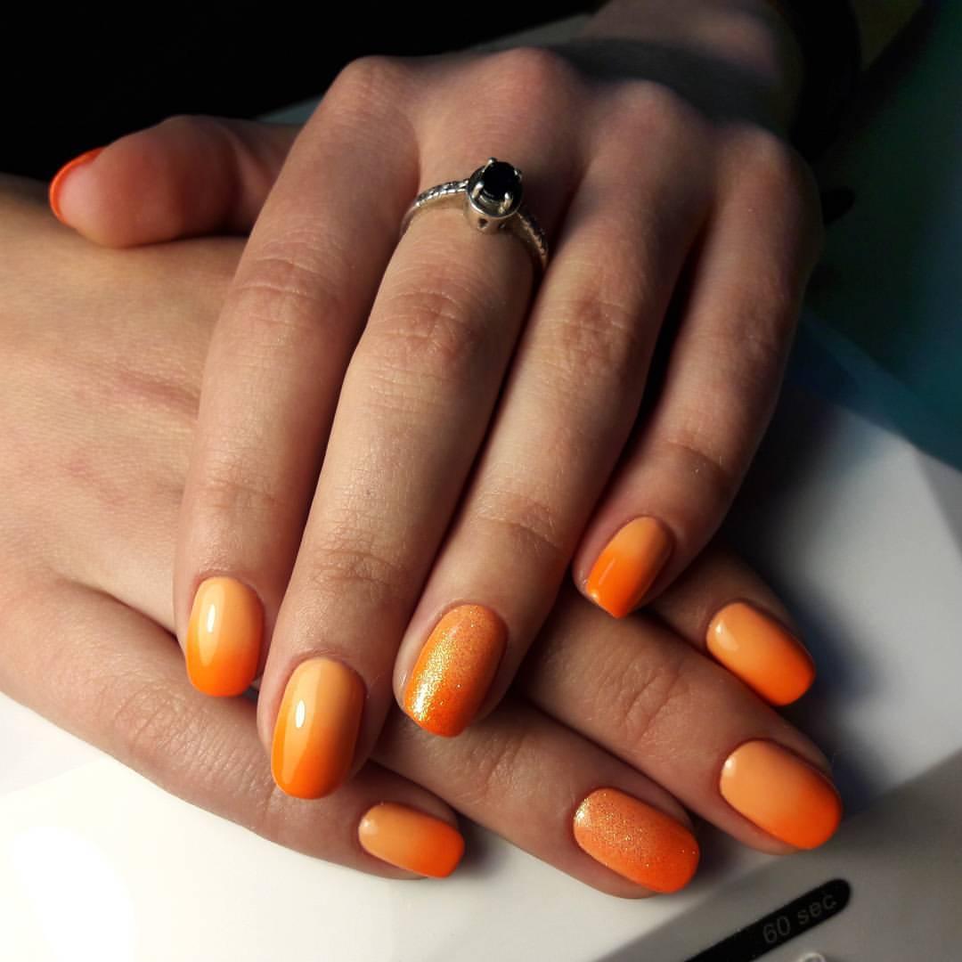 Летние оранжевые ногти с блестками