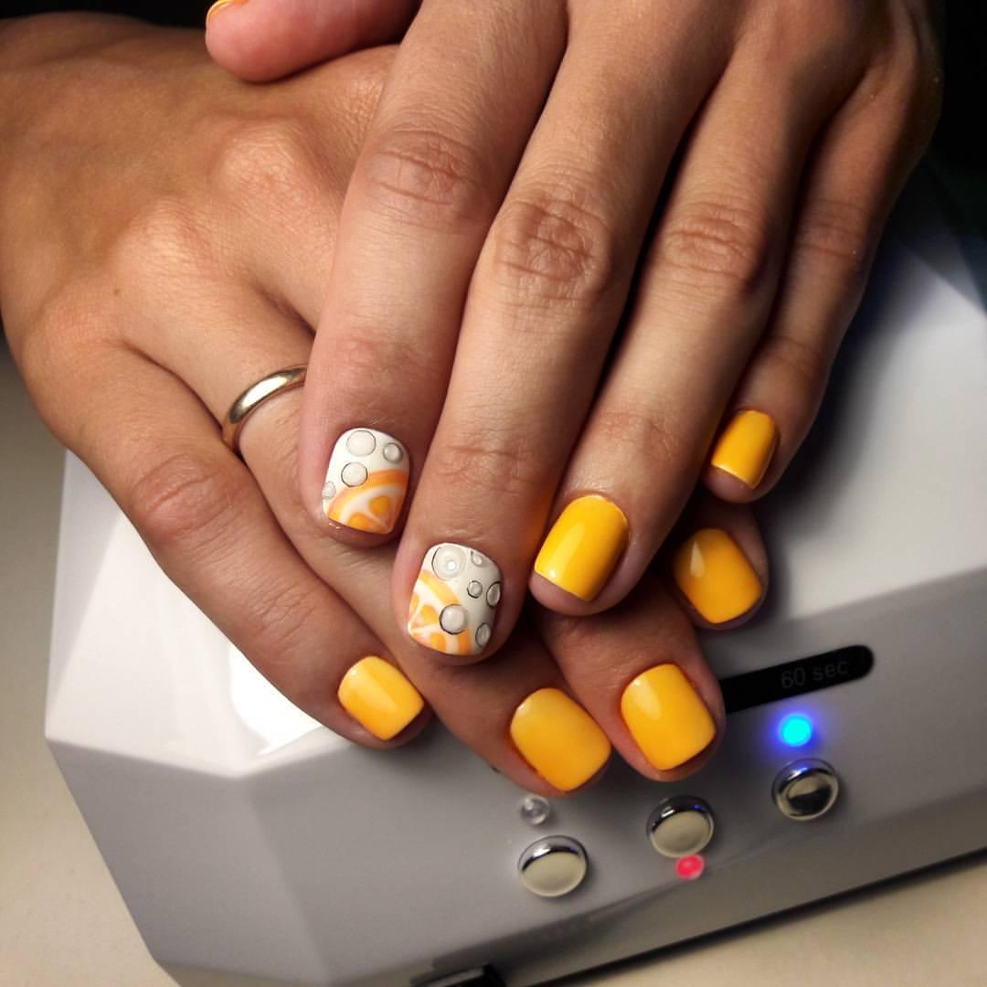 Оранжевые апельсинчики на ногтях