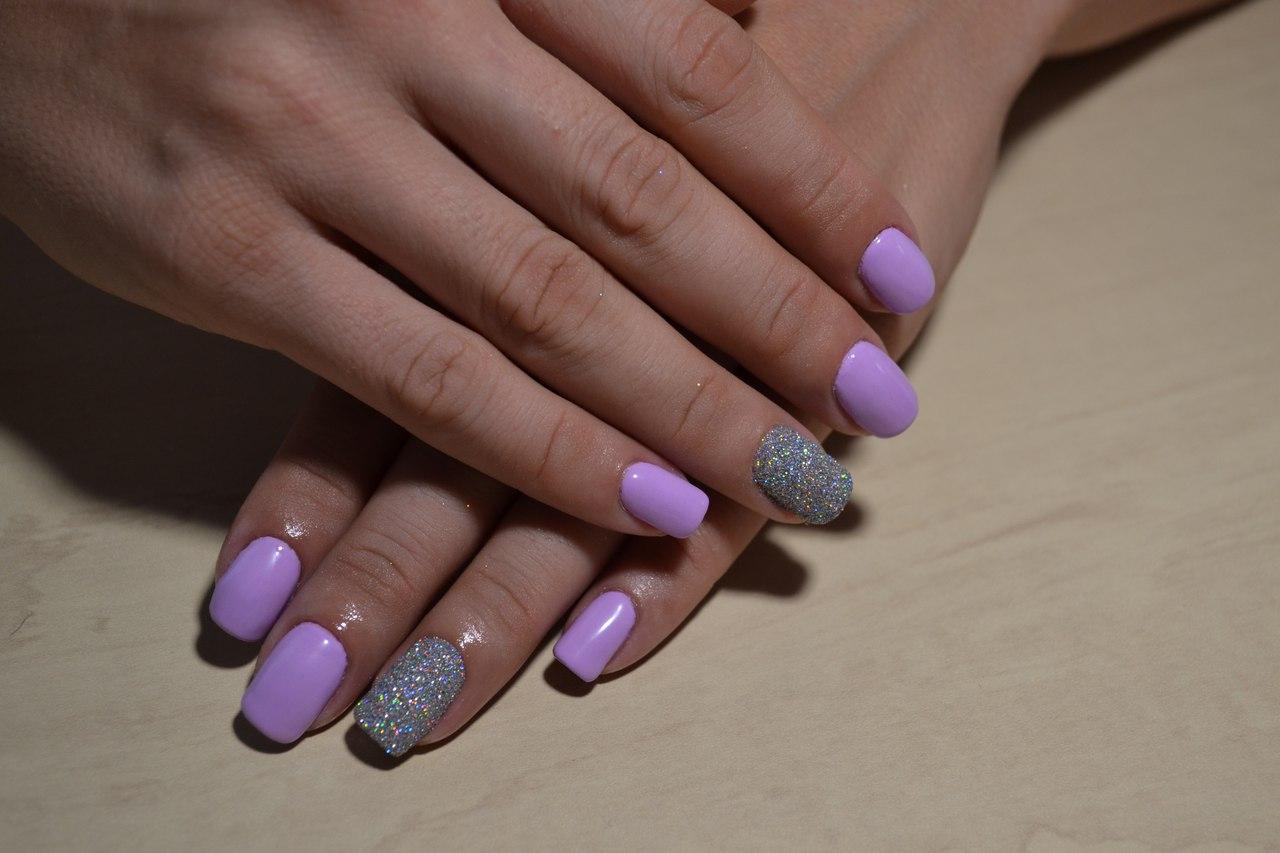 Нежные лиловые ногти с блестками