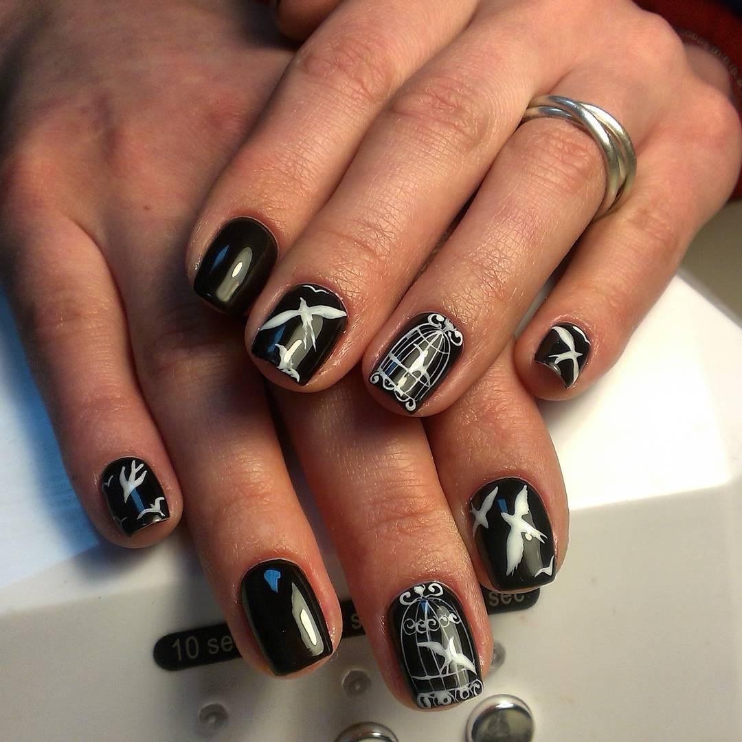 Белые птицы на чёрных ногтях