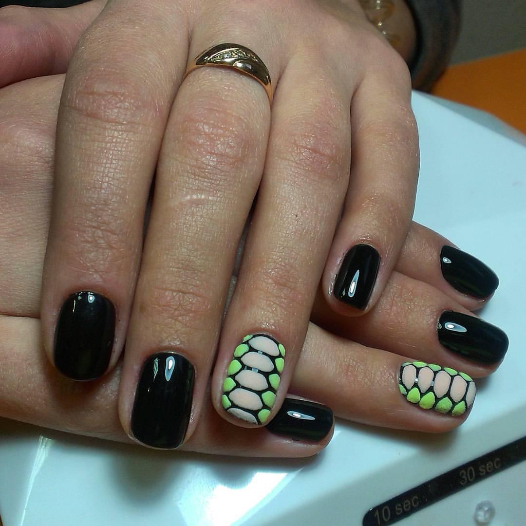 Змеиная бархатная кожа на ногтях
