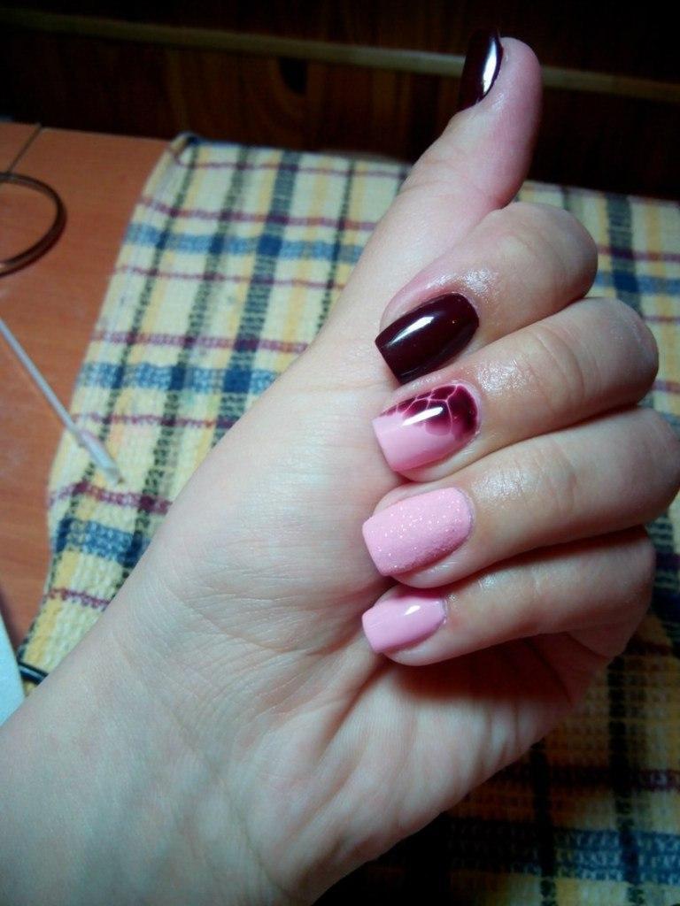 Сахарные розовые ногти со страстным бордовым